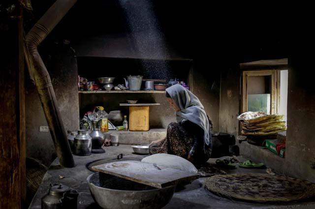 femeie facand paine